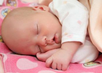 Американская академия педиатрии настоятельно советует укладывать грудных детей спать лицом вниз
