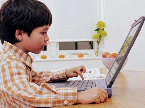 Чем чревато сидение за компьютером или телевизором для ребенка?