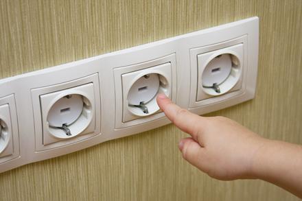 Как избежать опасности электрических розеток
