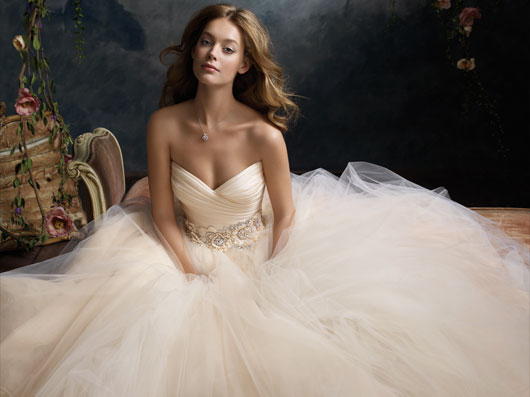 Как выбрать самое стильное и модное свадебное платье