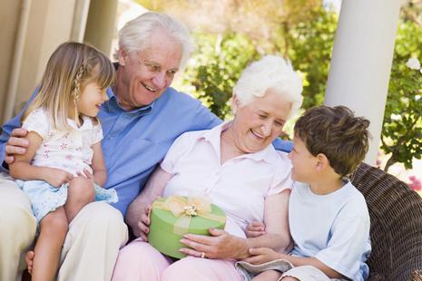 Общение с бабушкой и дедушкой стимулирует развитие социальных навыков у детей
