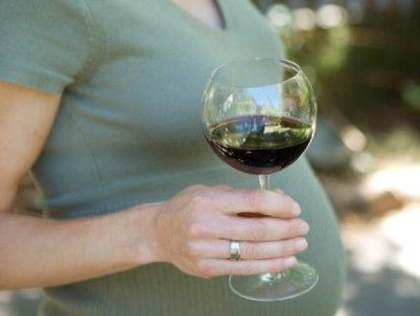 Во время беременности пить алкоголь нельзя, но если очень хочется, то чуть-чуть можно