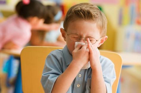 Потекло из носа у малыша, нужно идти к врачу