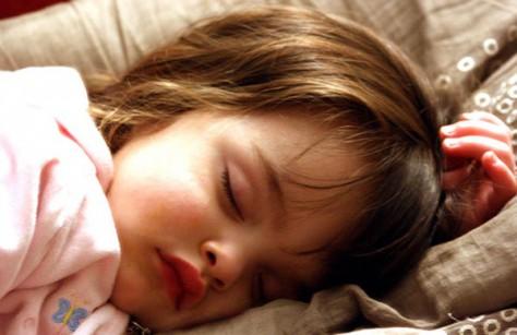 Ученые советуют укладывать спать детей пораньше что бы не травмировать их психику
