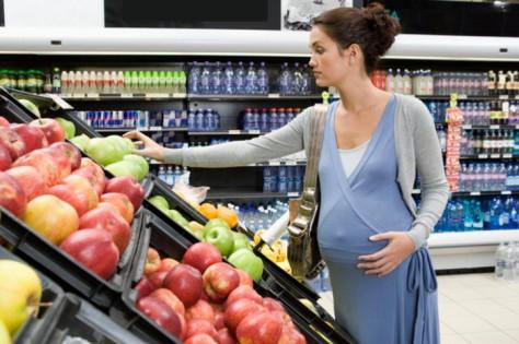 Для нормального развития плода в первые месяцы беременности женщине нужно щепетильно относиться к своему рациону питания
