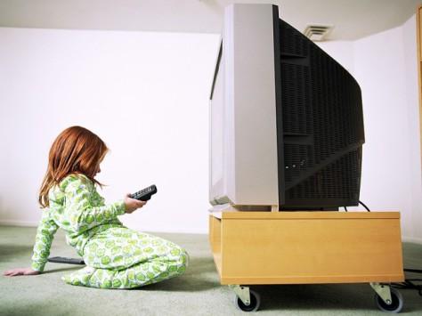 Современные родители отдают детей на воспитание телевизору