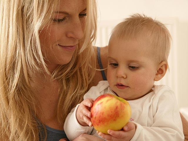 Начинаем первый прикорм фруктами – снабжаем малыша витаминами