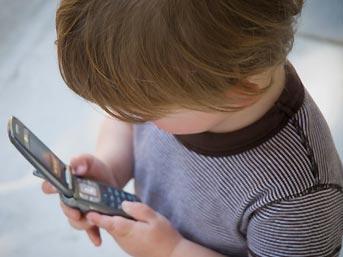 По мнению ученых мобильные телефоны оказывают угнетающее влияние на детский мозг