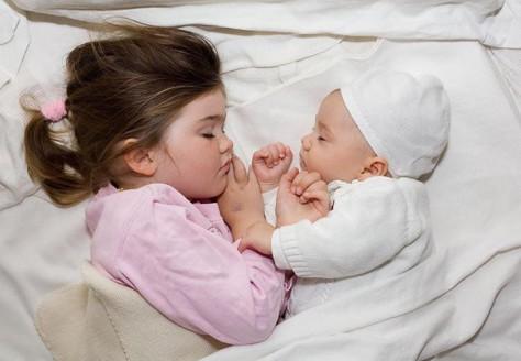 Отказ ребенка ложиться спать может быть причиной переживаемого стресса или другой психологической травмы