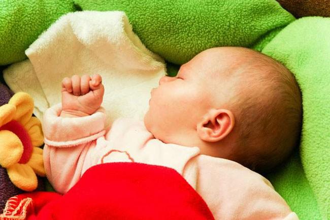 Опасность синдрома внезапной детской смерти значительно снижает сон на спине