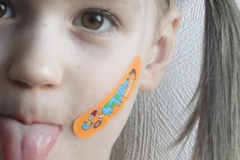 Обезболивающий пластырь – это смертельная «игрушка» для ребенка