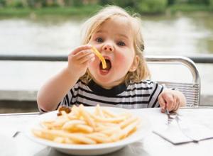 Лишний вес в детстве не позволит хорошо зарабатывать во взрослой жизни