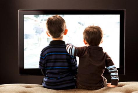 Фоновый просмотр телепрограмм негативно влияет на детей
