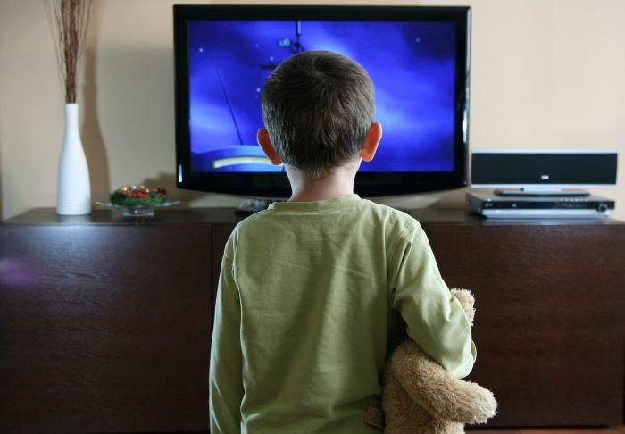 Ребёнок у телевизора: 5 правил