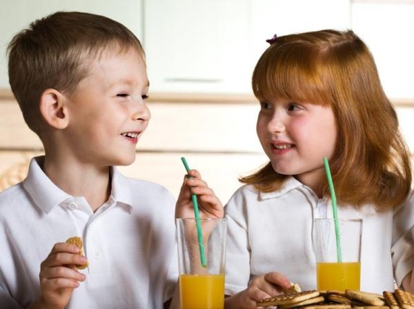 Почему соки приводят к детской полноте