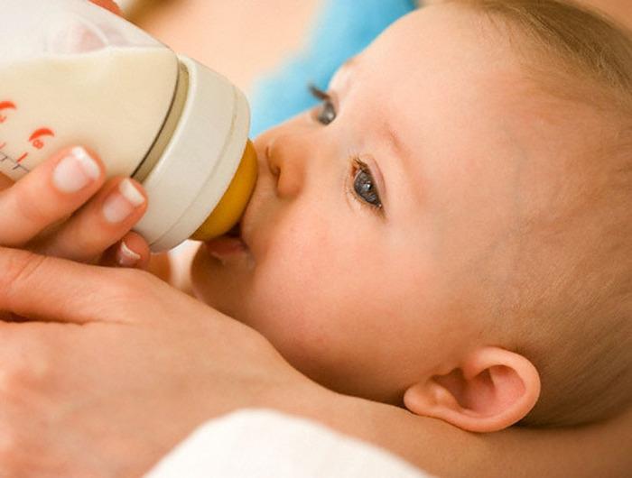 Почему новорожденный икает после кормления