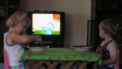 Медики: всего час телевизора в день может вызывать ожирение у дошколят