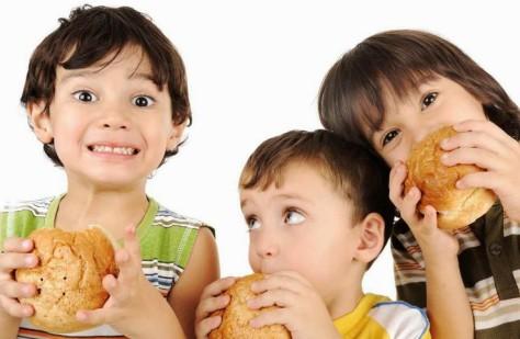 Ученые призывают исключить из детского рациона опасные продукты