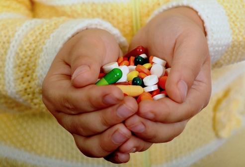 Как правильно давать лекарства детям