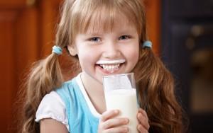 Ученые установили дневную норму молока для детей