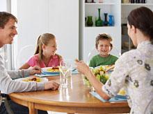 Разговоры с детьми положительно сказываются на их питании и физической активности