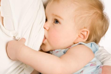 Грудное кормление спасает малышей от инфекций