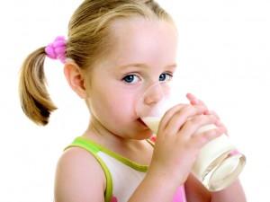 Установлено, что дети пьют слишком много молока