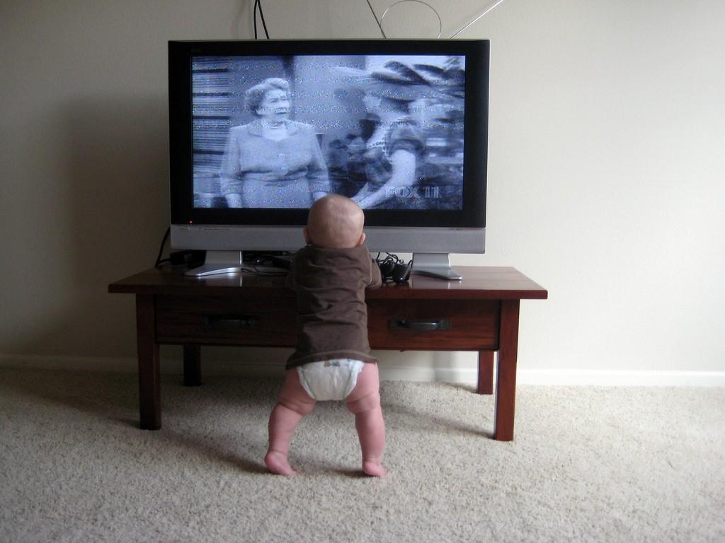 Всего час телевидения в день связан с нездоровым весом у дошкольников