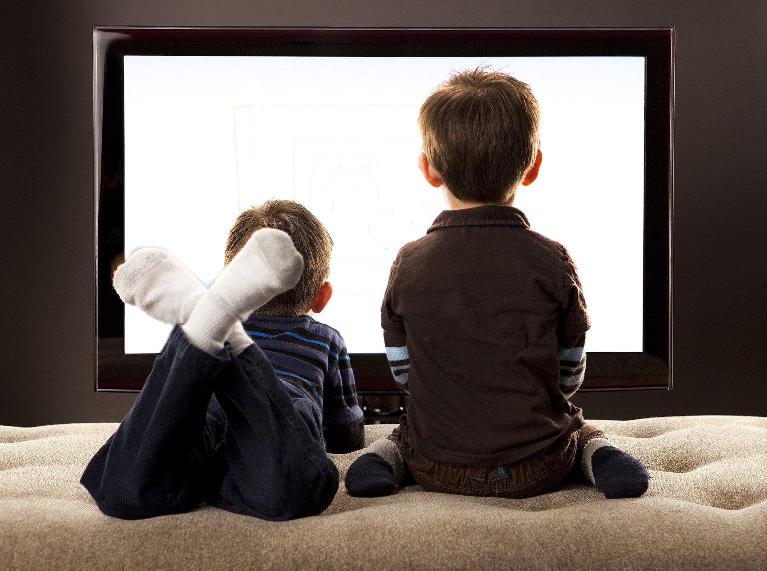 Один час просмотра телевизора вдвое повышает риск ожирения у детей