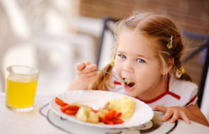 Специалисты выяснили, что полезнее всего есть на завтрак детям