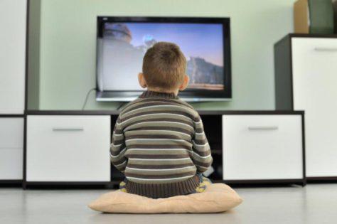 Более 2 часов телевизора на 30% увеличивает риск гипертонии у детей