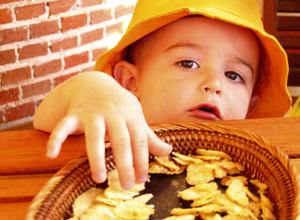 Чипсы нарушают работу мозга у детей