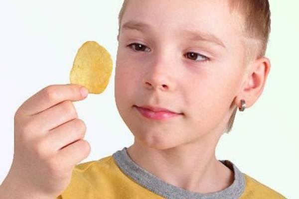 Медики: чипсы вредны для детей