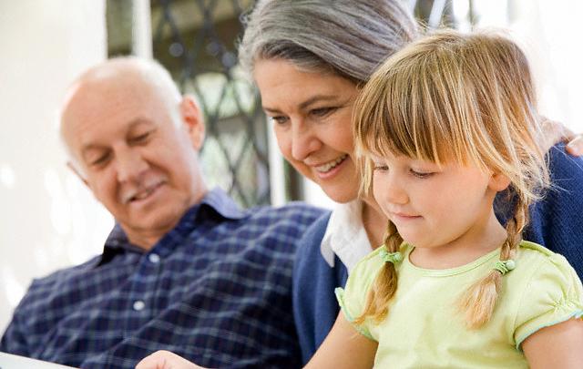 Общение с бабушками и дедушками помогает детям развивать социальные навыки