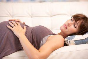 Сон на спине во время беременности повышает риск мертворождения