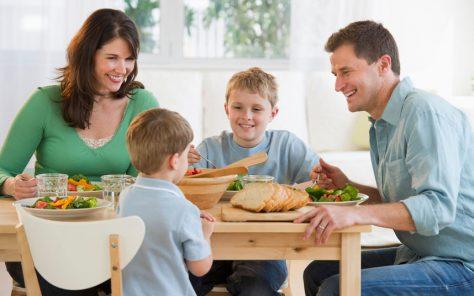 ВОЗ: регулярные семейные обеды полезны для здоровья ребенка