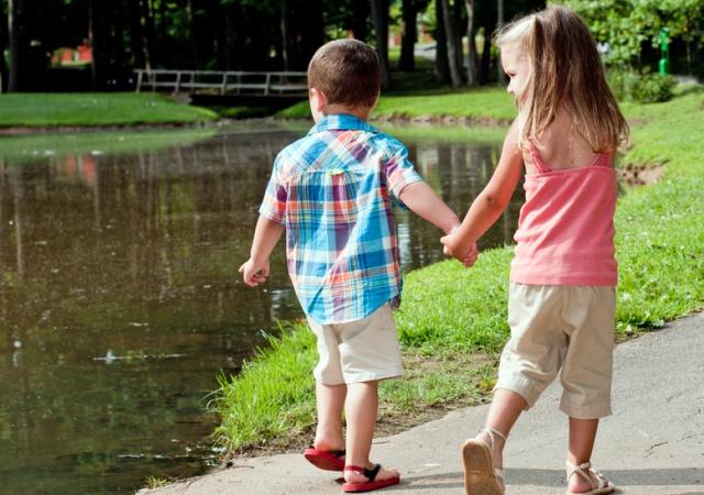 Прогулки защищают зрение детей