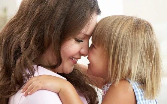 Материнская ласка дает уверенность и эмоциональную устойчивость детям
