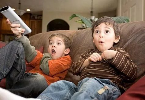 Психологи рекомендуют не показывать детям новости
