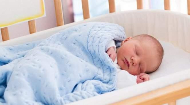 Медики рассказали, почему малышам нужно спать подальше от родителей