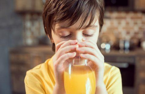 Ученые раскрыли опасность фруктового сока для детей