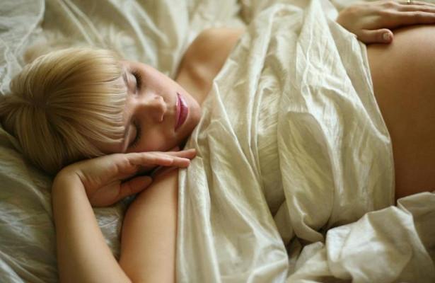 Будущим мамам необходимо спать на боку во время беременности