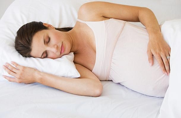 Медики рассказали, что на поздних сроках беременности не стоит спать на животе