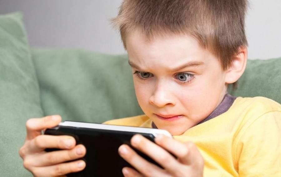 Врачи предупредили о последствиях для здоровья ребенка игр на смартфоне