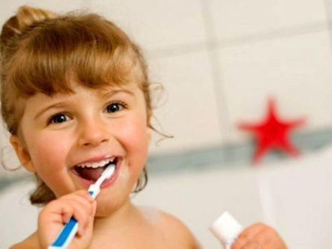 Когда детям можно начинать чистить зубы?