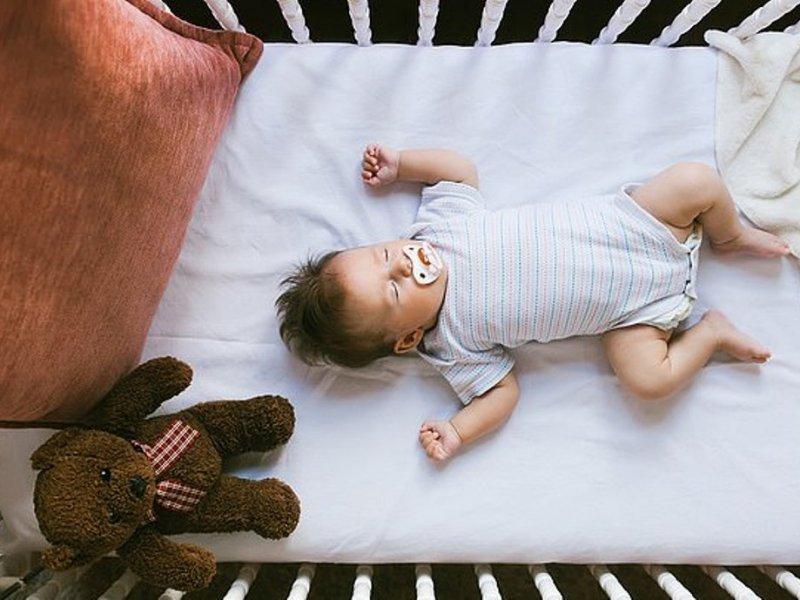 Ради здоровья ребенок должен спать в манеже до трех лет