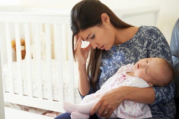 Послеродовая депрессия: симптомы и лечение