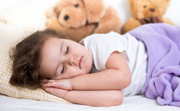 Медики рассказали, почему детям нужно спать днем