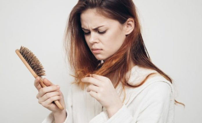 Врачи рассказали, почему могут выпадать волосы