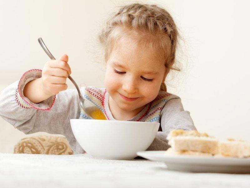 Диетологи не рекомендуют заставлять детей доедать